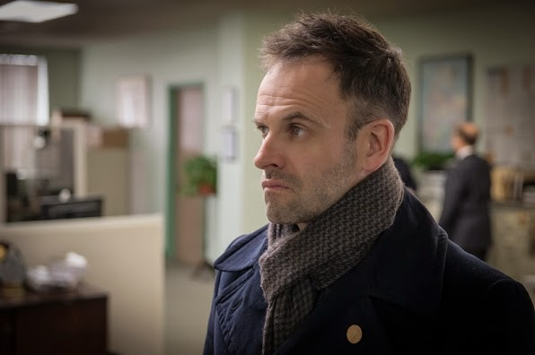 Elementary Sherlock Holmes wearing scarf in Season 3 Episode 16 For All You Know