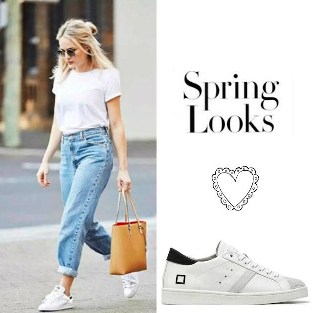 Ragazza bionda con jeans tee bianca e sneakers