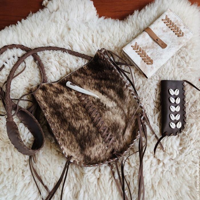 Carteras bandoleras de cuero y pelo natural. Moda hecha a mano. Moda handmade 2019. Moda Argentina.