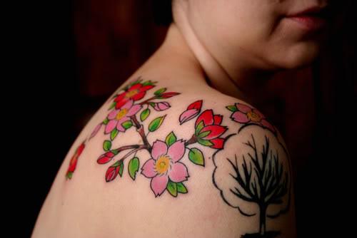 Tatuagens de flores coloridas e atraentes