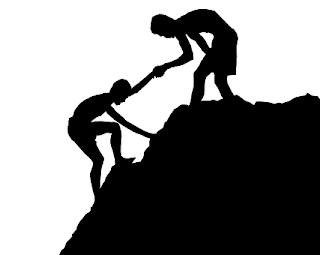 Homem ajudando outro na escalada