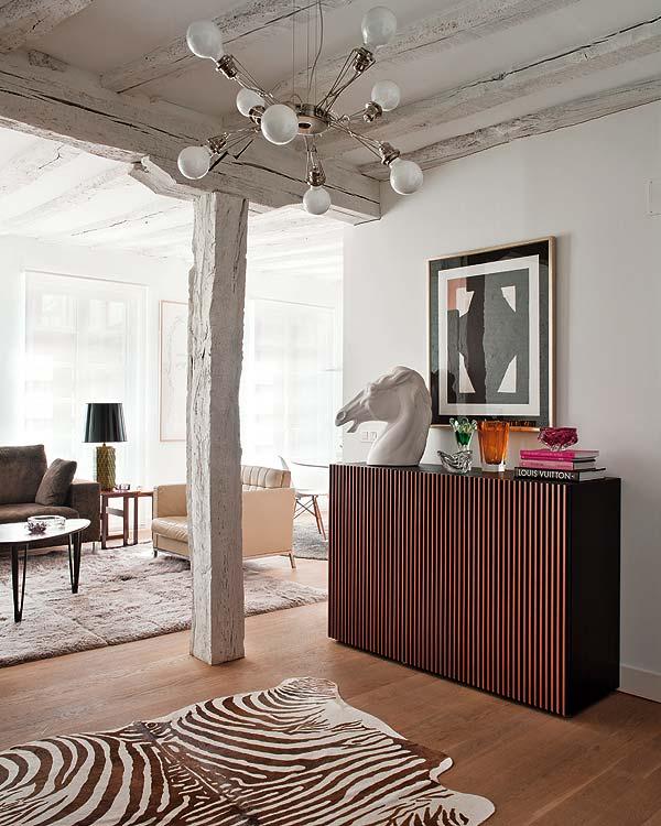 recibidor decorado con alfombra de cebra y detalles vintage chicanddeco