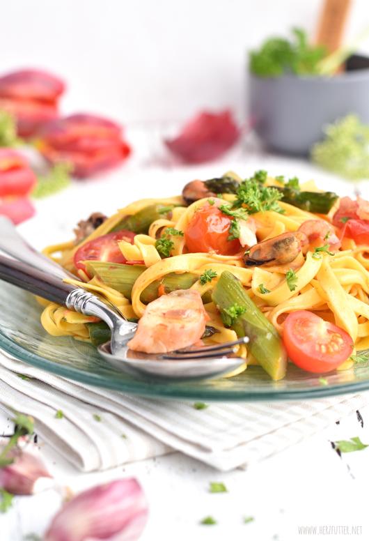 Frutti di Mare mit Spargel, Kirschtomaten und frischer Pasta