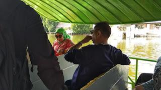 Menpar Arief Yahya Menaiki kapal untuk berkeliling di kawasan wisata Grand Maerakaca