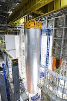 NASA zakończyła prace spawalnicze zbiornika ciekłego wodoru na pierwszą misję SLS, w hali montażowej Michoud w Nowym Orleanie. Zbiornik był ostatnim ukończonym elementem zestawu startowego na potrzeby dziewiczego lotu tej mającej być zdolną osiągać głęboką przestrzeń nowej rakiety NASA. Wszystkie pięć elementów po połączeniu ma stanowić podstawowy stopień rakiety SLS będąc konstrukcją mierzącą 64 metry wysokości. Zbiornik na ciekły wodór mierzy niemal 40 metrów (co odpowiada niemal 2/3 wysokości całego pierwszego stopnia) i pomieści 537 000 galonów ciekłego wodoru ochładzanego przed startem do temperatury minus 252 stopni Celsjusza. Credits: NASA/MSFC/MAF/Jude Guidry