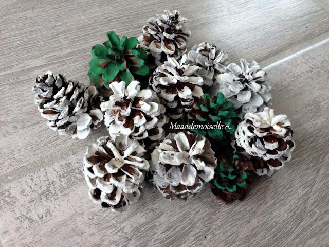    Table des saisons : L'hiver - Sapins avec des pommes de pin