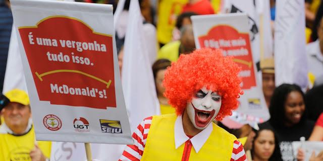 O Ministério Público do Trabalho (MPT) informou que o McDonald's, que tem a empresa Arcos Dourados como operadora da franquia no Brasil, descumpriu o acordo judicial de regularização da jornada de trabalho de seus empregados. O MPT definiu uma multa de R$103 milhões para a empresa.  A Arcos Dourados tem até o dia 10 de fevereiro de 2017 para responder ao relatório do MPT. O Sindicato dos Empregados em Hospedagem e Gastronomia de São Paulo e Região (Sinthoresp) e a Confederação dos Trabalhadores em Turismo e Hospitalidade (Contratuh), assistentes na ação judicial, também têm o mesmo para prazo se manifestarem sobre o relatório. Após essas respostas, o MPT dará sequência na execução da multa pelo descumprimento do acordo, que foi assinado em março de 2013 após ação civil pública iniciada em Pernambuco, em 2012.