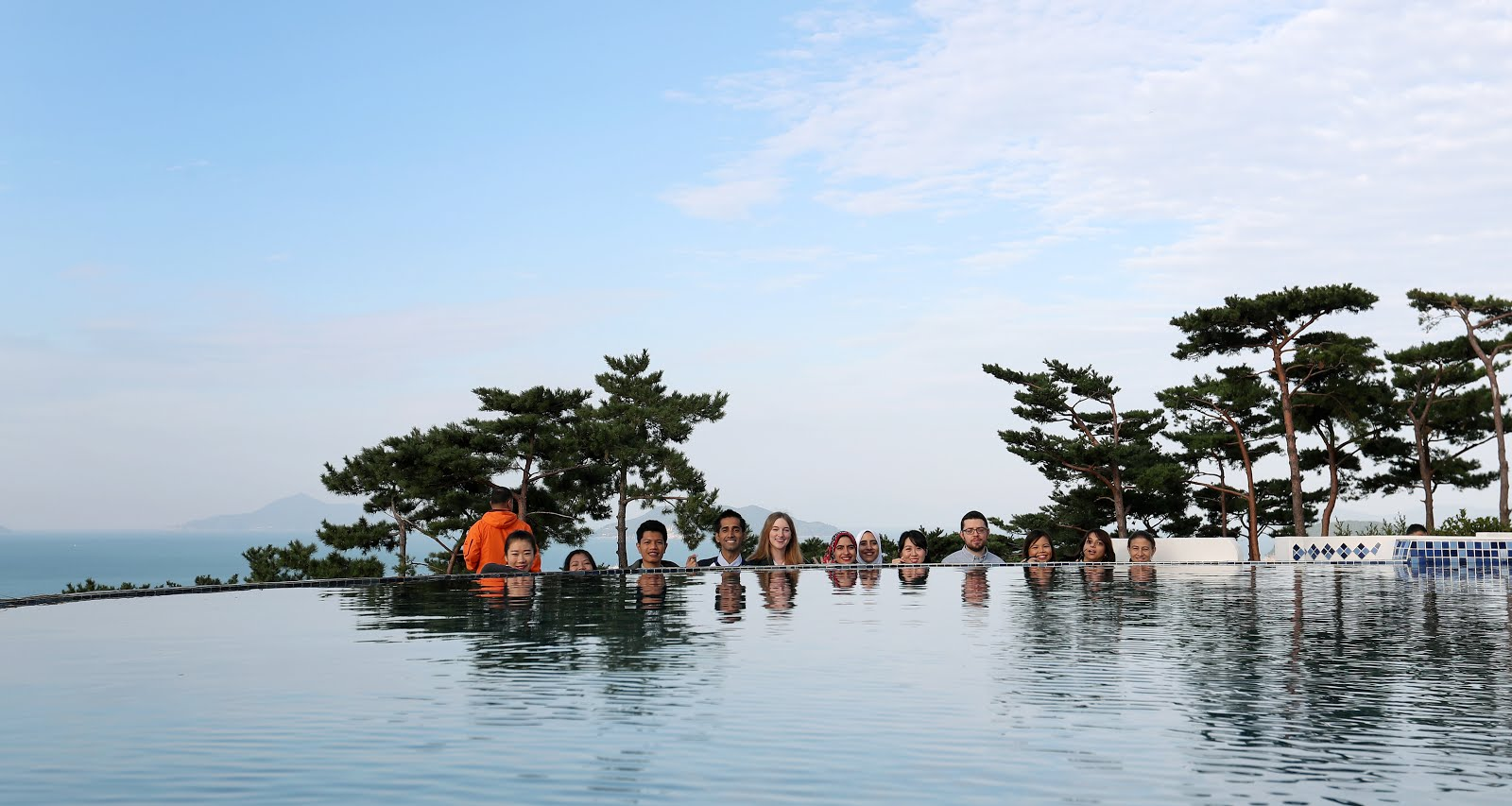 Beautiful memories with fellow Korea.net honorary reporters in the picturesque ES Club Resort.