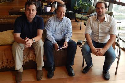 Jean Tosetto - arquiteto e escritor, Fabio Humberg - editor da CL-A Cultural, e Tiago Reis - fundador da Suno Research.