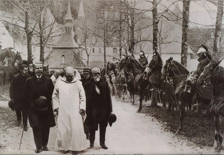 """A """"democracia sectária"""" promoveu perseguições contra a Igreja.  Na foto: expulsão dos religiosos de clausura da França"""