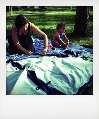 Bambina 2 anni monta tenda da campeggio con la mamma