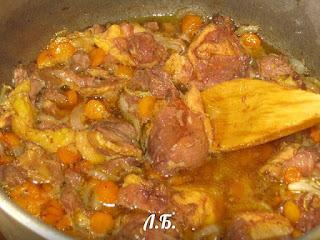 мясо тушенное с луком и морковью