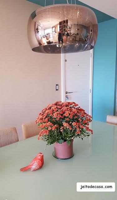 vaso-com-flores-na-decoração-da mesa-de-jantar
