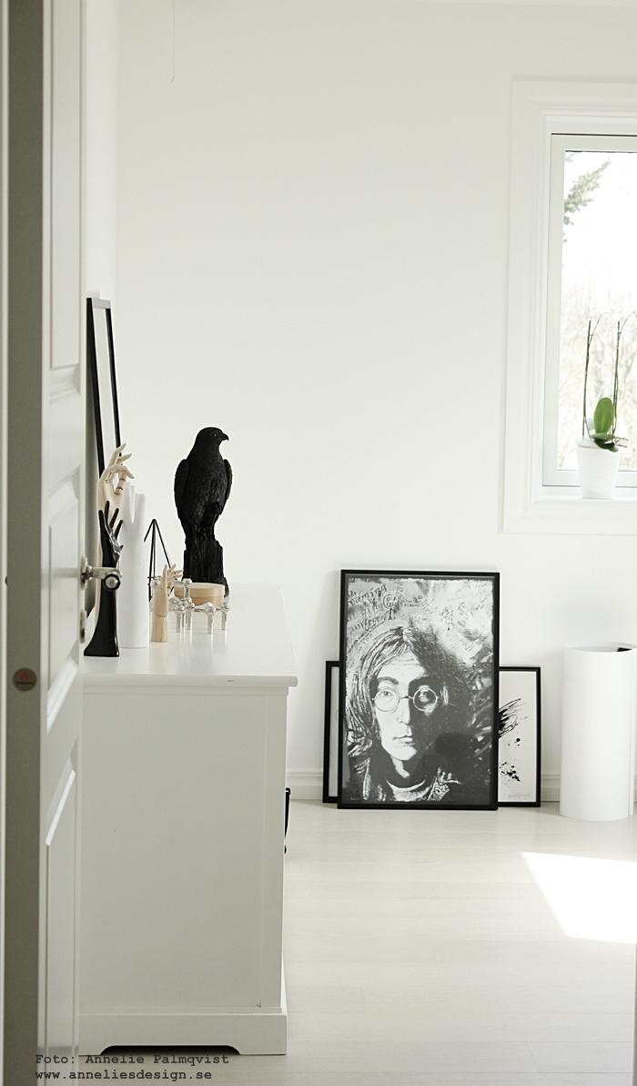 lennon tavla, tavlor, poster, posters, print, prints, fotokonst, svart och vitt, svartvit, svartvita, skänk, em möbler, falk, webbutik, webbutiker, webshop, inredning, vit parkett, cotton white, ek, plankgolv, gästrum, gästrummet, anneliesdesign, inredningsdetaljer,