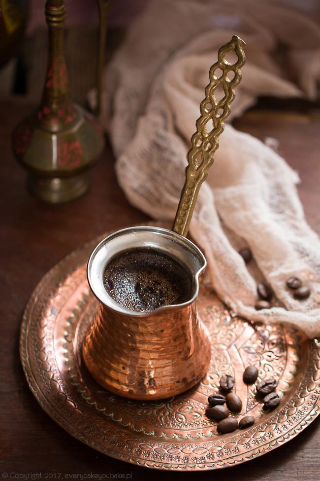 kawa po turecku parzona w tygielku z cukrem i przyprawami