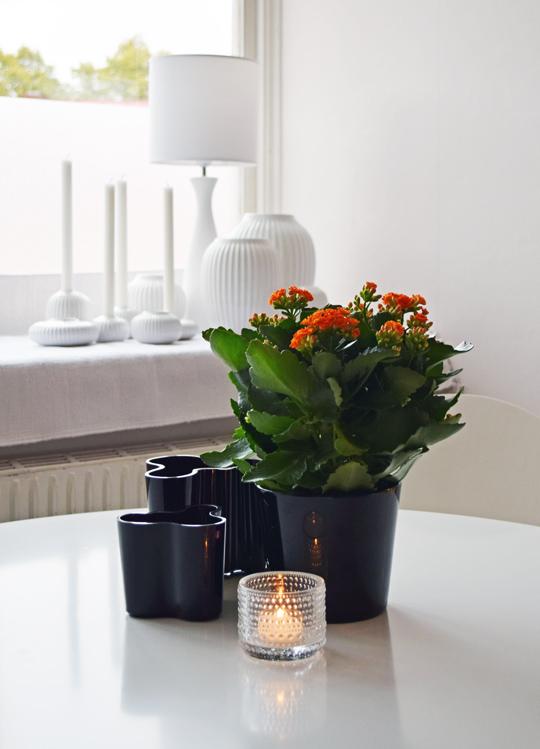 Svarta Alvar Aaltovaser och ljuslyktan Kastehelmi från Iittala. Svarta krukan och Höstglöden från Plantagen. De vita ljusstakarna och vaserna i bakgrunden kommer från Kähler.