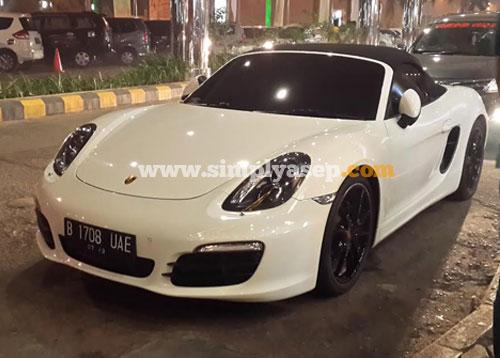 MEWAH : Inilah mobil Porsche yang sempat diambil gambarnya saat saya berkunjung ke Ahmad Yani Mega Mall di bulan Oktober 2015 yang lalu. Foto Asep Haryono