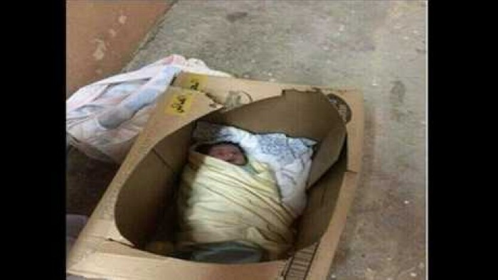 العثور على طفلة عُمرها 3 أيام داخل كرتونة