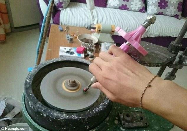 Lucu Tapi Kreatif dan Keren! Lihat yang Dilakukan Pria ini Saat Pacarnya Merengek Minta Cincin Berlian
