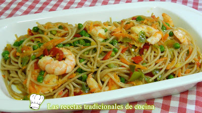 Receta fácil y deliciosa de espaguetis con langostinos y verduras