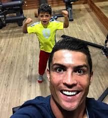 بالفيديو : ابن كريستيانو يتفوق على والده في لعب الكرة