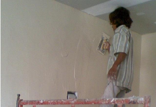 Memplester dan mengaci dinding rumah