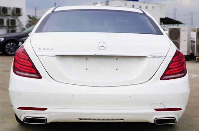 Đuôi xe Mercedes S450 L Luxury 2018 được thiết kế sắc nét với những đường cong mềm kéo dài từ bên hông ra phía sau đuôi xe