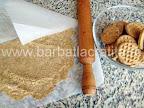 Tort cu bezea crema de ciocolata preparare reteta blat - strivim biscuitii cu sucitorul