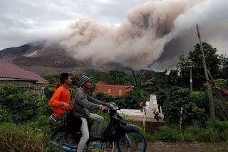Gunung Meletus Membuat Masyarakat Mengungsi