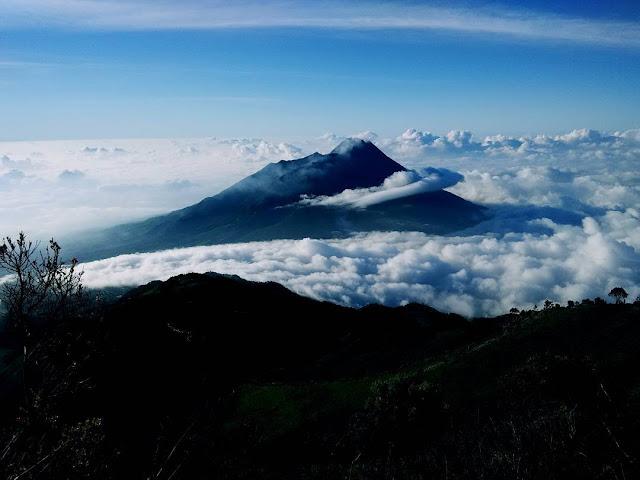 foto pemandangan indah dan keren puncak gunung merbabu