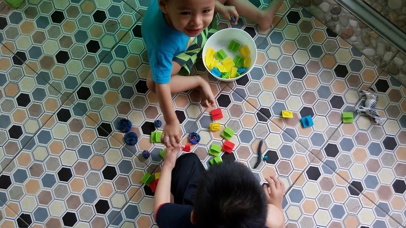 Gembiranya lil' armies bermain PLAYDOH