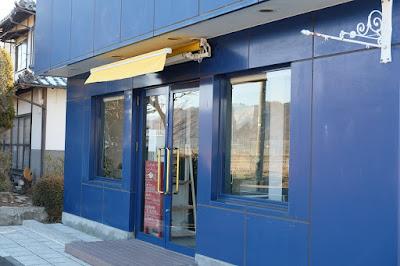 安曇野のカフェ・Salon de the fleuve 青い建物