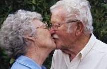 Imagen del beso de personas de la tercera edad