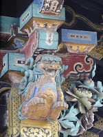 Tallas en la puerta del templo