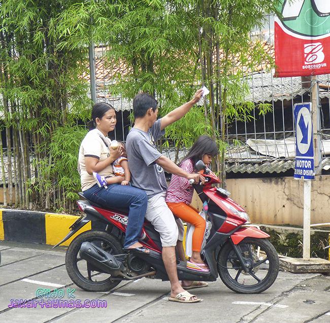 Cuatro en una moto y dando el biberón, Yakarta