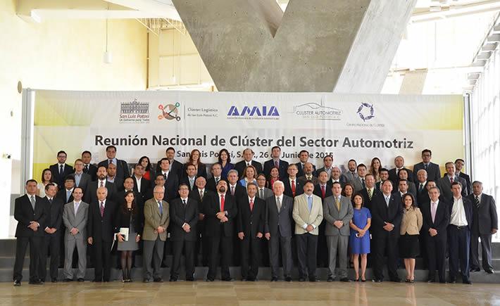 Integrantes de los nuevos clusters, empresarios, académicos del sector automotriz, acompañados del gobernador de San Luis Potosí, Fernando Toranzo Fernández.