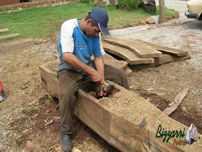 Terminando o cocho de madeira do monjolo onde vai cair a água da bica de madeira para o monjolo funcionar.