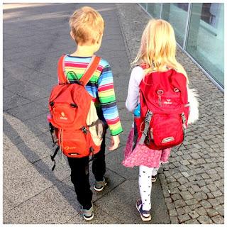 Snowqueens Töchter auf dem Weg zur Schule