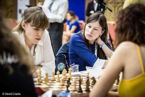 Exploit de la Française Cécile Haussernot (2169) de l'équipe d'échecs de Mulhouse Philidor qui bat la Russe Olga Girya (2505) d'UGRA Chess Club lors de la ronde 1 - Photo © David Llada