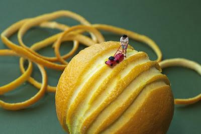 Fotografías de personas en miniatura con alimentos.