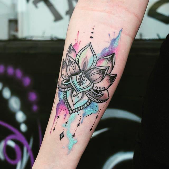 tatuaje de acuarela con la flor de loto