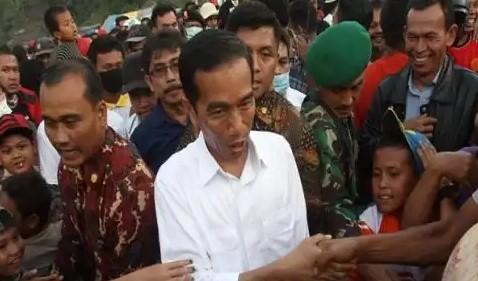 [ Video] Ditanya Warga Mengapa Tarif Listrik Terus Mengalami Kenaikan, Jokowi Langsung Kabur