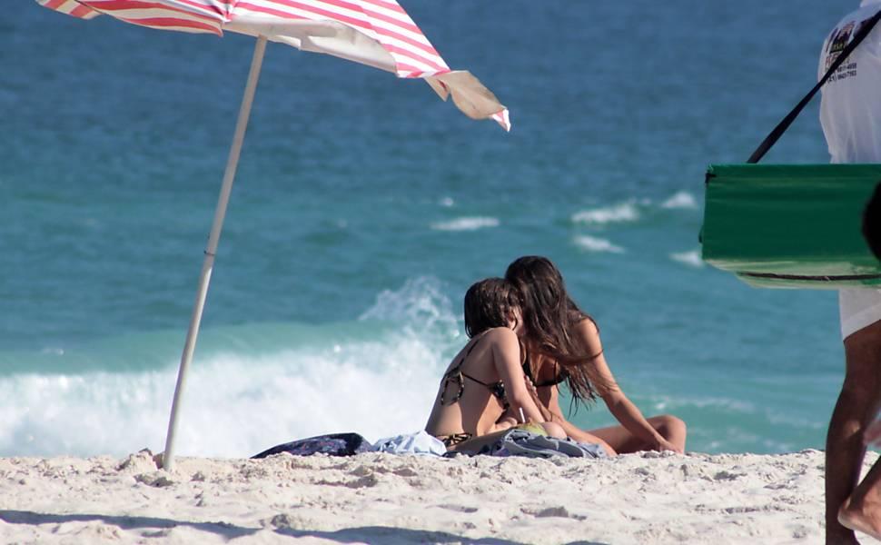 Bruna Linzmeyer curte praia com namorada na Barra da Tijuca, no Rio