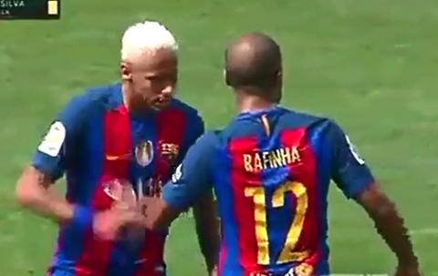 Neymar đã đập vào tay Rafinha