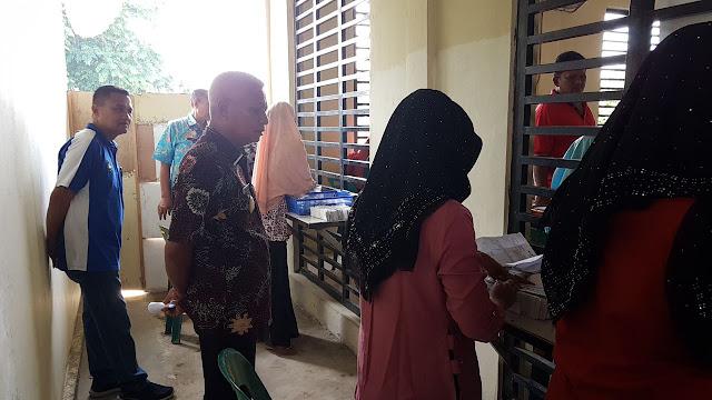 Wakil Bupati Asahan H Surya BSc saat melakukan sidak ke pelayanan pembuatan e-KTP di Disdukcapil.