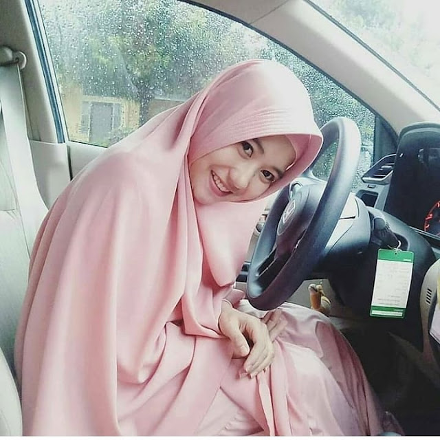 Cute Hijaber Makes It Fall in Love