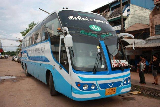 Интересный автобус бело-голубого цвета