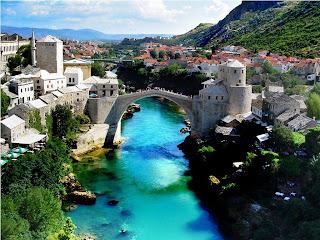 rio-neretva-atravesando-la-ciudad-de-mostar-en-bosnia