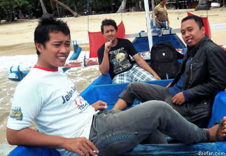 Naik perahu di pantai Karanggongso Trenggalek