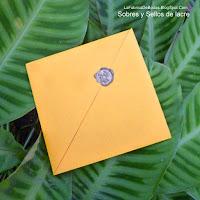 Venta de sobres para invitación cuadrada diseñado a medida con sello de cera lacre  con barra  de lacre dorado en guatemala